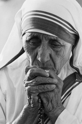 Mother-Teresa-praying-rosary