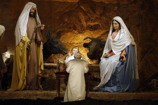 benxvi-venerating-nativity