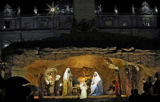 benxvi-venerating-nativity_01